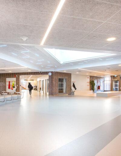 Troldtekt: Troldtekts akustikplattor i vit och naturgrå färg, Frejaskolan, Göteborg
